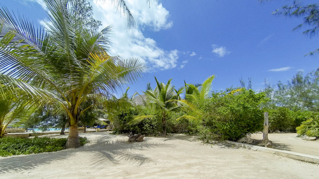 private sandy beach at Lonno Lodge